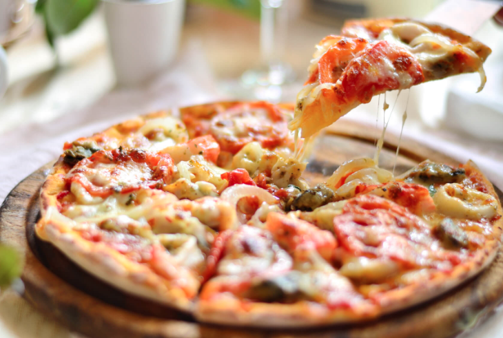 Pizza has for us a very special and symbolic value that goes back to our origins as a restoration group. Since then, we keep our recipes and our traditional way of making the pizzas.